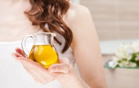 Olivolja i handen