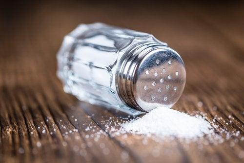 Utspillt salt på bord