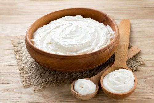 Yoghurt i skål av trä