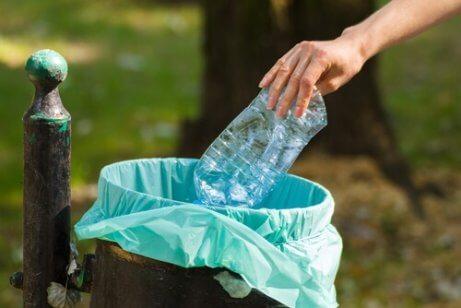 Återanvänd inte plastflaskor