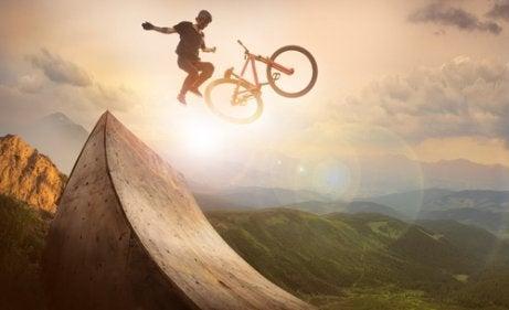 Hoppar med cykel