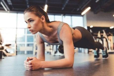 Kvinna gör plankan