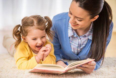 Läser för dotter