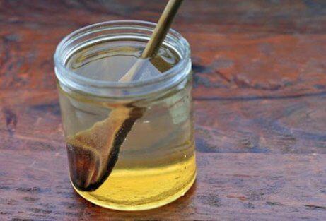 Varmt vatten med honung