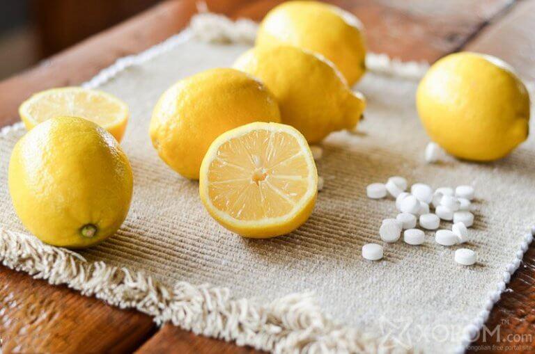 Använd aspirin och citronsaft för att bli av med förhårdnader.