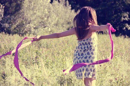 Flicka på fält