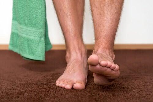 Fötter och handduk