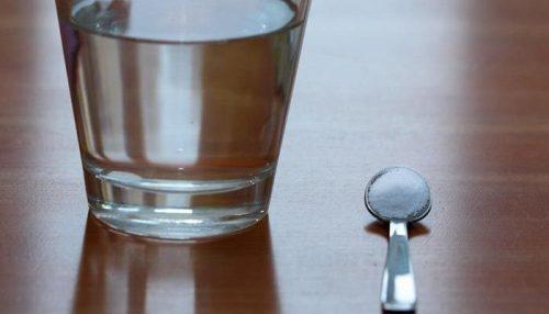 Glas vatten och sked