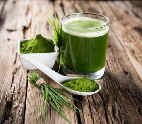 Grön dryck på bord
