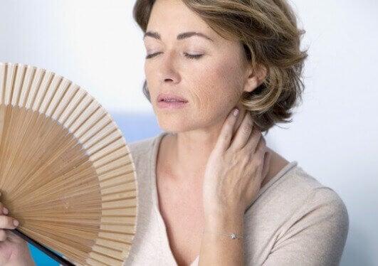Minskat östrogen bidrar till hängande bröst.