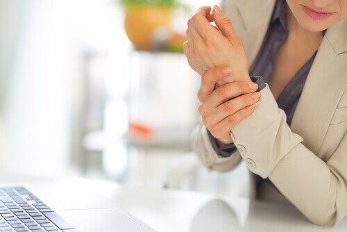Styvhet kan vara ett symptom på fibromyalgi