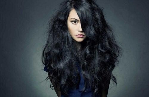Kvinna med svart hår