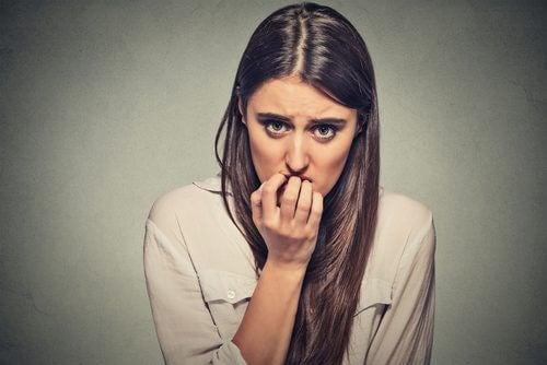 Kvinna som biter på naglarna