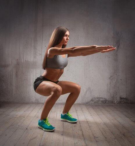Kvinna som gör knäböjningar