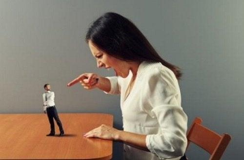 Kvinna som skriker på man