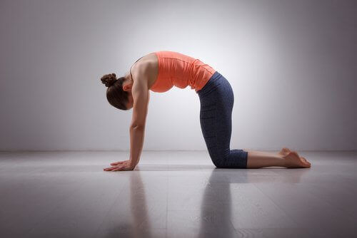 Kvinna som stretchar mot golvet