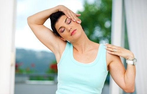 Kvinna-tränar-nacken