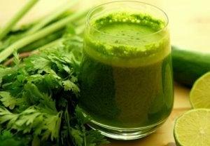 Hur du gör grönt vatten för att avgifta kroppen