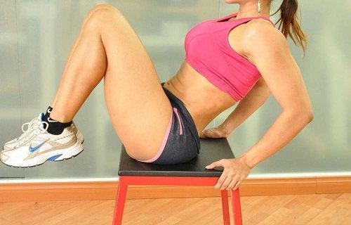 kvinna tränar lårmusklerna