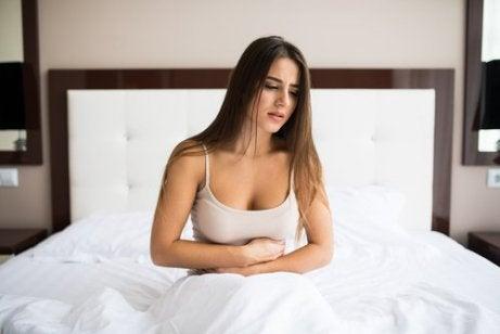 kvinna med uppsvälld mage
