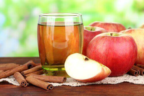 Vatten med äpple och kanel