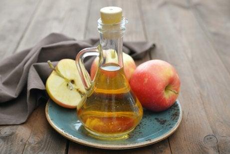Äppelcidervinäger med honung är bra mot ont i halsen