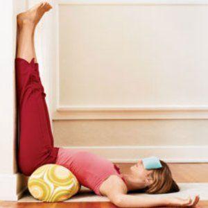 Kvinna som utför övning mot vägg