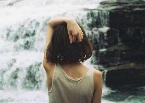 Kvinna vid vattenfall