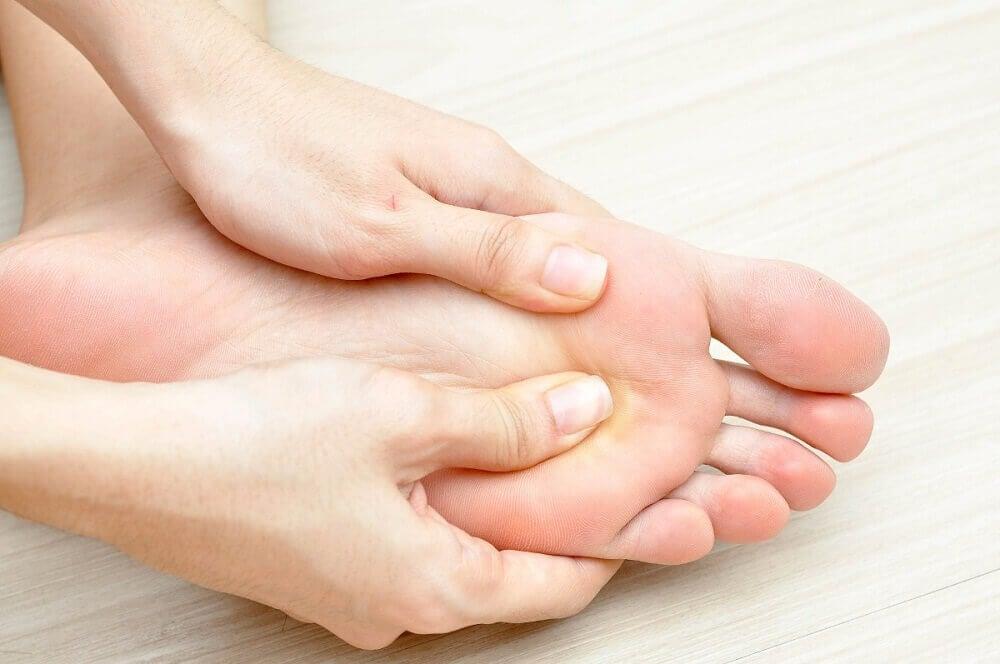 När ens diabetes förvärras får fötterna skador på nervändarna