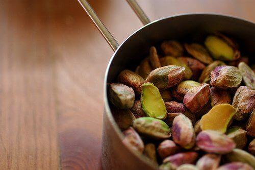 Pistagenötter i kastrull