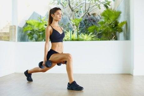 Viktlyftningar tonar musklerna och hjälper dig få fastare hud