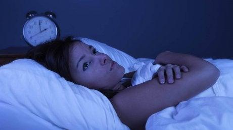 Om du vaknar på natten kan du prova att kliva upp ur sängen en stund