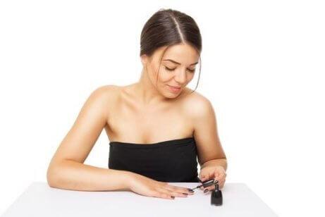 Kvinna målar naglarna
