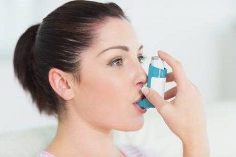 Kvinna med inhalator