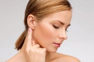 Kvinna med öronproblem
