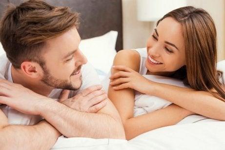 Lyckligt par i säng