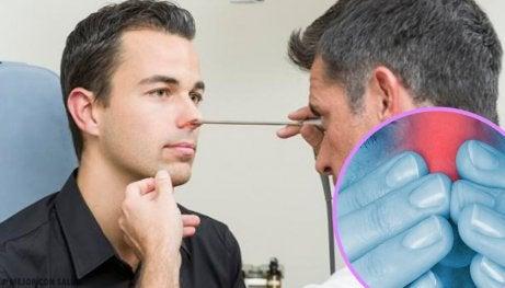 Man genomgår näsundersökning