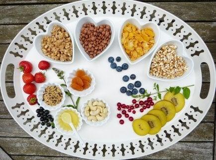 olika sorters kolhydrater upplagt i hjärtskålar