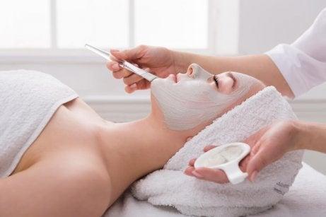 Prova en naturlig och lyftande ansiktsmask