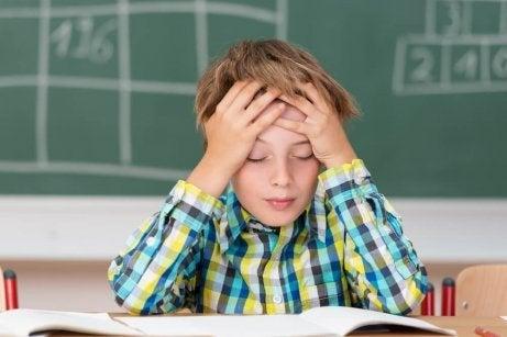 Pojke som lider av huvudvärk