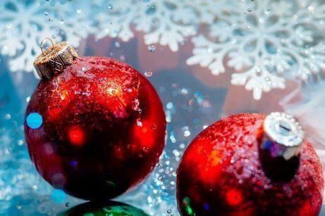 Röda julgranskulor