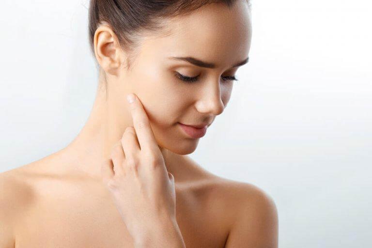 Tvätta ansiktet regelbundet för att behålla en ungdomlig hy