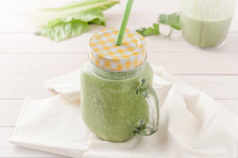 Gör en grön smoothie med koriander för att ta bort gifter