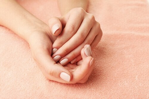 Händer på handduk