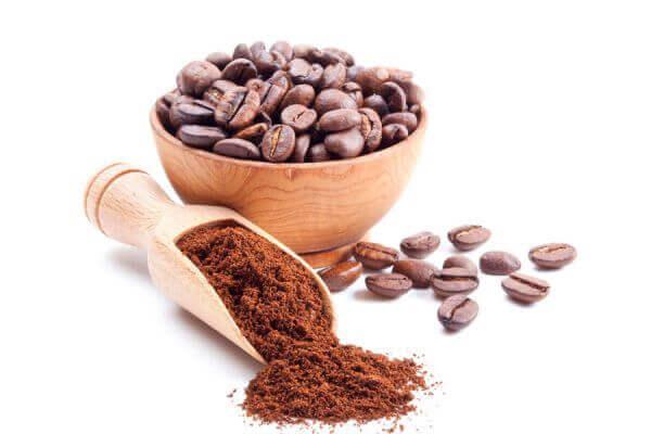 Kaffebönor i träskål