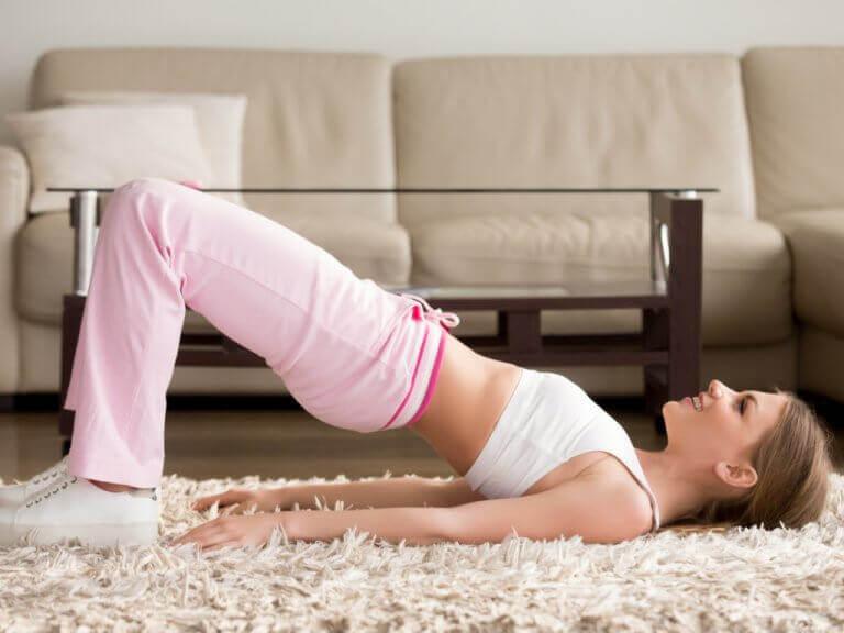 Bäckenyft är en enkel övning du kan göra hemma