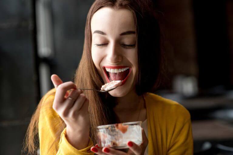 Kvinna som äter dessert