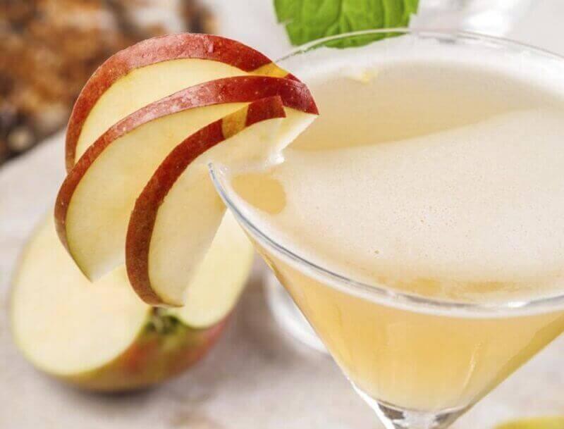 Skivade äpplen på glas