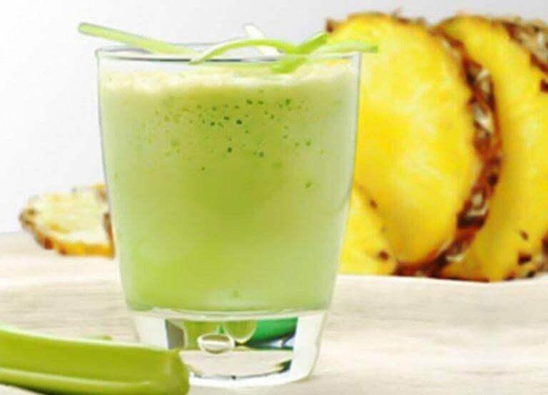 Gör en ananas- och sellerismoothie för att gå ner i vikt