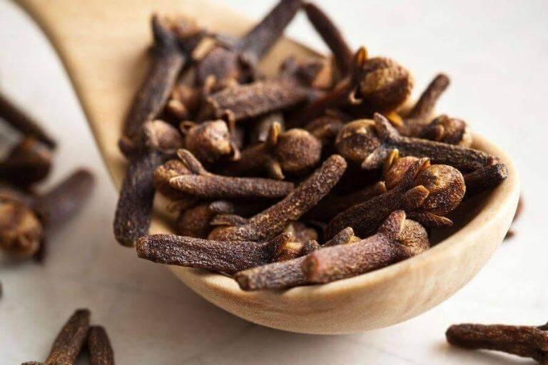 Tugga på kryddnejlika och lindra ont i halsen